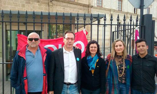 Miembros de EQUO a las puertas del Parlamento de Andalucía.