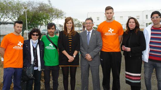Francisco Ruiz y Rocío Jiménez con algunos de los alumnos durante la inauguración.