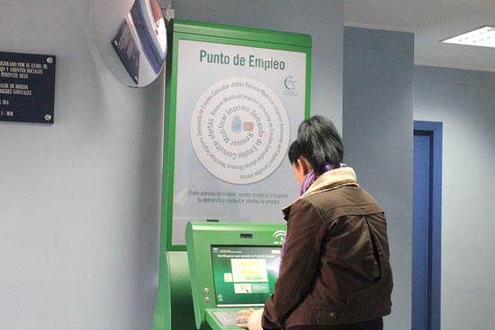 Imagen de una usuaria en el Punto de Empleo del Centro de Los Rosales.