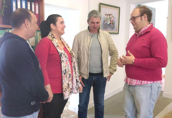 Imagen de la visita de Sebastián Pérez al Centro de Información Juvenil de Aljaraque.