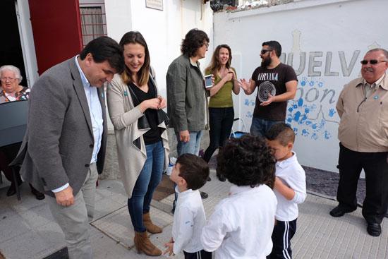 El alcalde de Huelva, Gabriel Cruz, saluda a los escolares participantes en la actividad.