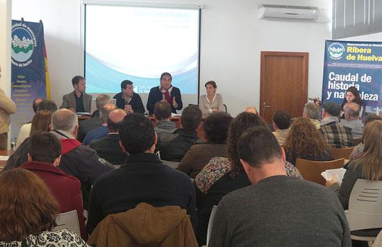 Imagen de una reunión sobre los servicios concertables de la Diputación de Huelva.