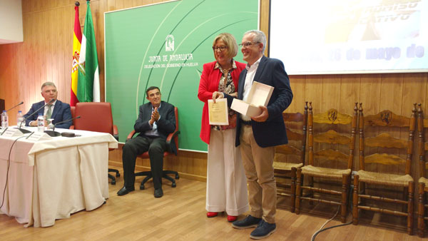 La consejera de Educación, Adelaida de la Calle, ha entregado los Premios al Compromiso Educativo 2015 de la provincia de Huelva.