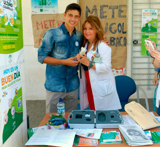Jesús Vázquez junto a Carmen Font en la acción contra el tabaquismo desarrollada hoy en La Orden.