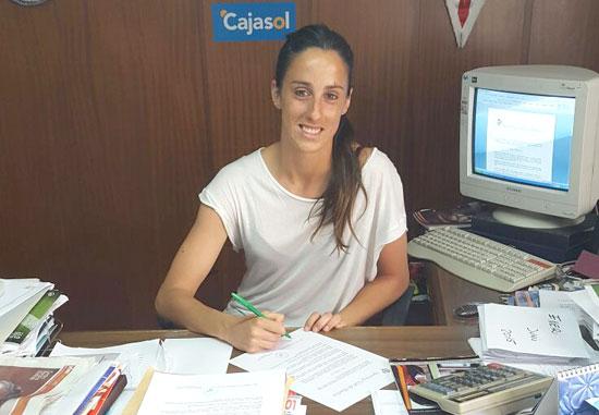 Maite en la firma de la renovación con el Sporting.