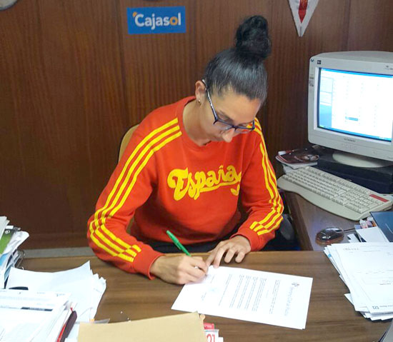 Sandra durante la firma de su renovación.