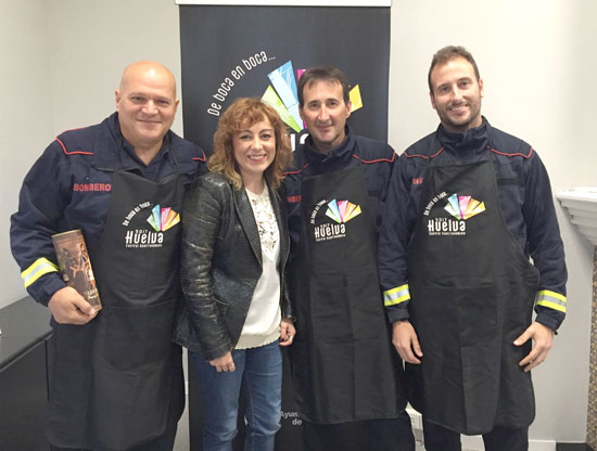 Elena Tobar junto a los bomberos participantes en Bomber Chef