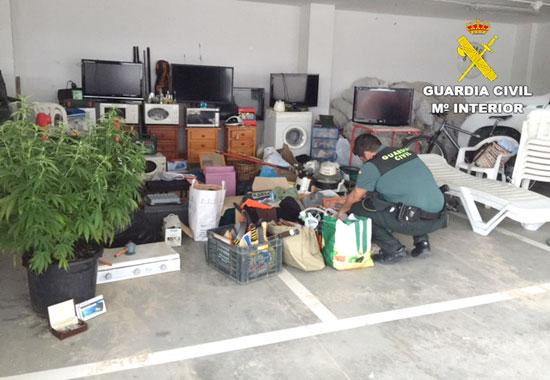Un agente de la Guardia Civil contabiliza los objetos sustraídos.