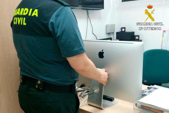 Un agente de la Guardia Civil junto al ordenador.