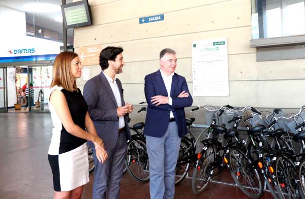 Francisco José Romero, María José Bejarano y Enrique Gaviño durante la presentación de la oferta de servicios del Consorcio de Transporte Metropolitano de Huelva