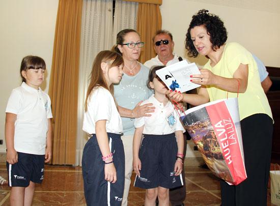 La vicepresidenta, María Eugenia Limón, ha dado la bienvenida a los jóvenes que pasarán el verano acogidos por familias de diferentes localidades onubenses.