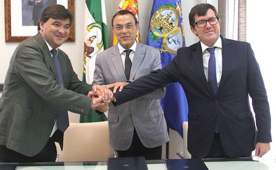 Gabriel Cruz, Ignacio Caraballo y Antonio Beltrán tras la firma del convenio.