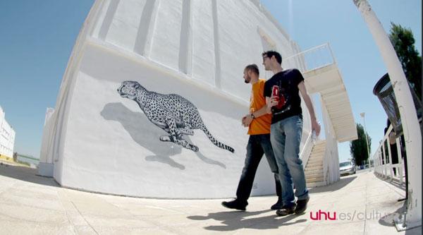 """El artista visitando su obra """"El guepardo""""."""