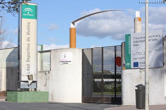 Imagen de la entrada a la Ciudad Deportiva de Huelva.