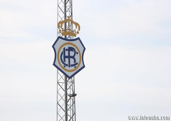 Imagen de uno de los escudos del Recre, en la Ciudad Deportiva.