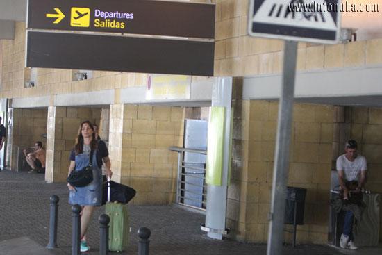 Una usuaria en el Aeropuerto de Sevilla.
