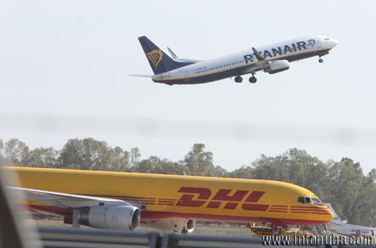 Un avión despega del Aeropuerto de Sevilla.