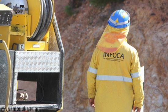 Un bombero del Infoca durante la intervención.