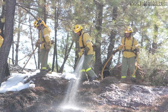 Los bomberos durante su trabajo.
