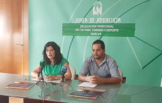 La delegada territorial de Cultura, Turismo y Deporte, Carmen Solana, junto al concejal de Cultura y Turismo del Ayuntamiento de Trigueros, Manuel Jesús Morano, ha presentado la programación cultural prevista para agosto en el Domen de Soto.