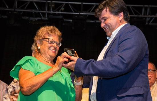 María Walls recoge el reconocimiento de manos del alcalde de la ciudad, Gabriel Cruz.