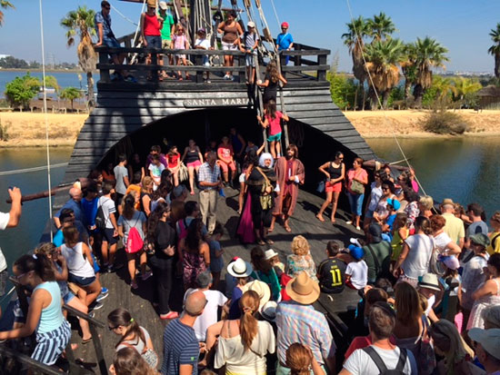 Visitantes en laJornada de Puertas Abiertas del Muelle de las Carabelas.