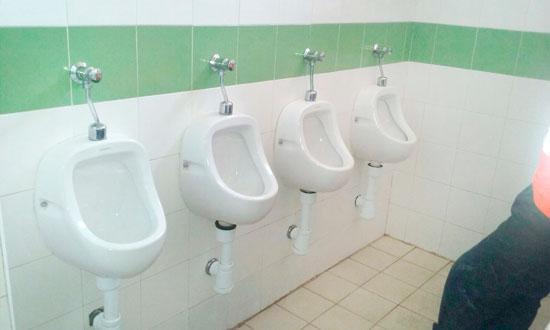 Imagen de una de las acciones en un baño.