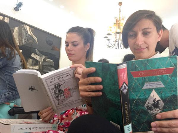 Dos personas leen ElQuijote en diferentes lenguas.