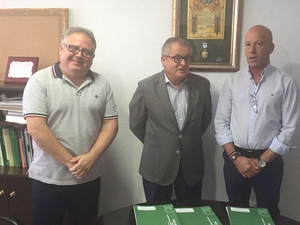 Imagen de los representantes institucionales tras la firma del convenio.