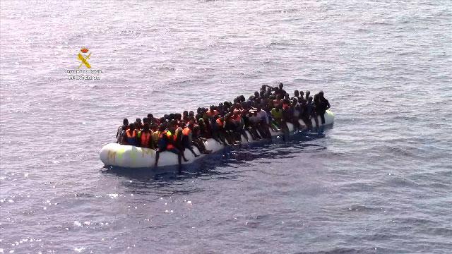 Imagen de las personas en la embarcación semi-rígida.