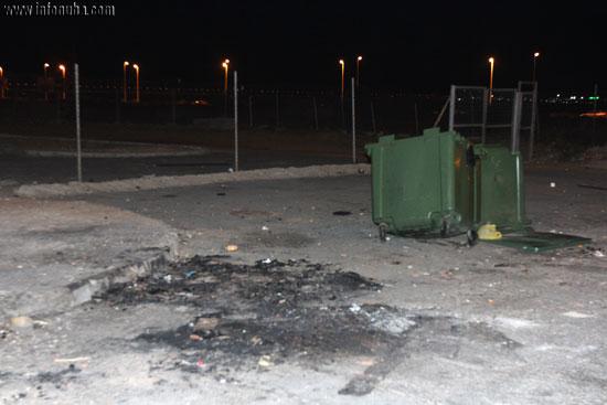 Imagen de los restos de fuego en plena calle.