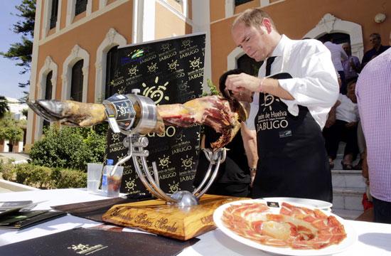 La inauguración también sirvió para degustar uno de los productos de referencia de Huelva como es el jamón.