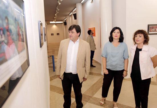 Gabriel Cruz, Carmen Solana y Elena Tobar visitan una exposición dedicada al flamenco en la Casa Colón.