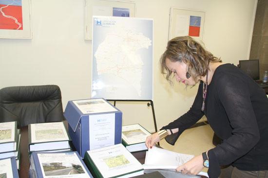 La diputada de Infraestructura, Laura Martín, revisando algunos documentos sobre las obras de mejora en las carreteras onubenses.
