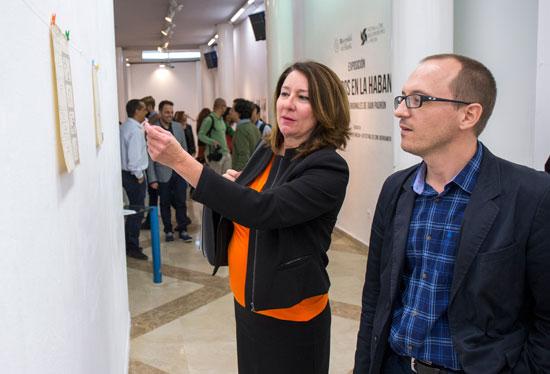 La muestra ha sido inaugurada hoy por el director del certamen onubense, Manuel H. Martín, y por la vicerrectora de Estudiantes, Empleo y Extensión Universitaria, Carmen Santín.