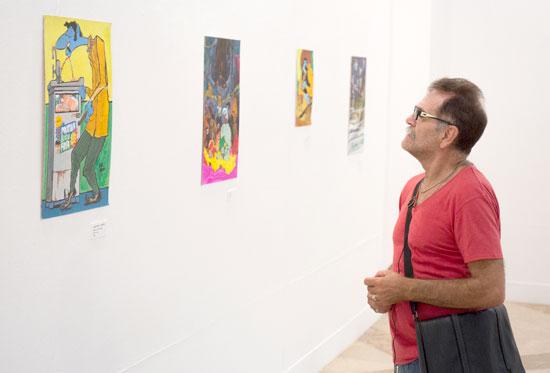 Un visitante observa la exposición.