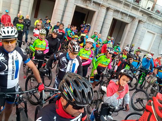 Ciclistas durante el minuto de silencio.