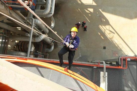 Imagen de un trabajador de CEPSA realizando trabajos verticales.