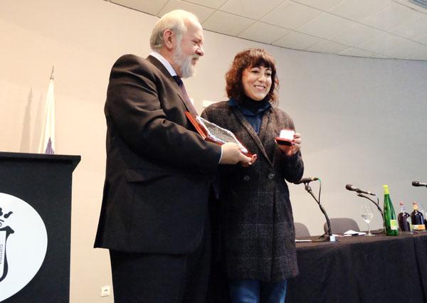 Manuel Infante entrega la distinción a Elena Tobar.