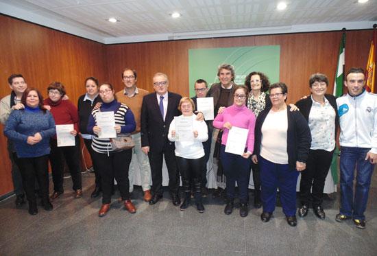 Profesores y alumnos con sus certificados.