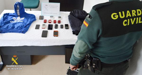 Un agente de la Guardia Civil custodia los objetos intervenidos.