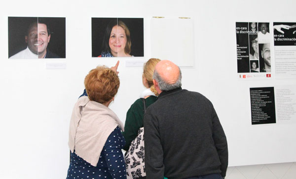 Dos asistentes admiran las obras.