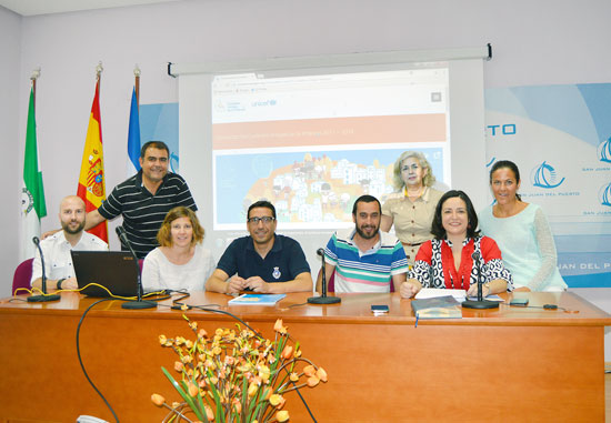 Helena Serrano, responsable de Unicef en Andalucía, junto a la Mesa de la Infancia de San Juan del Puerto