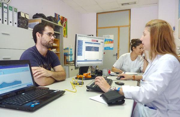 La enfermera de nutrición realiza una prueba en el Hospital de Día Médico.