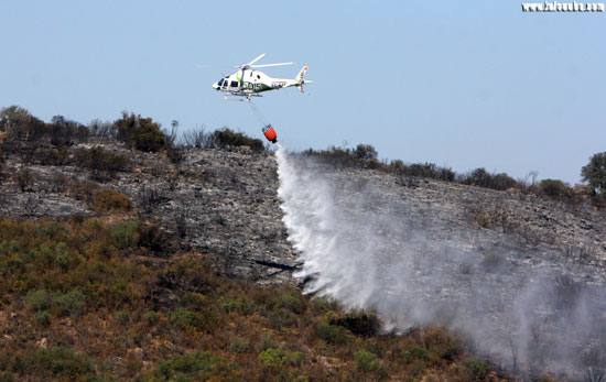 Imagen de una actuación de un medio aéreo en el Incendio declarado en La Granada de Riotinto.