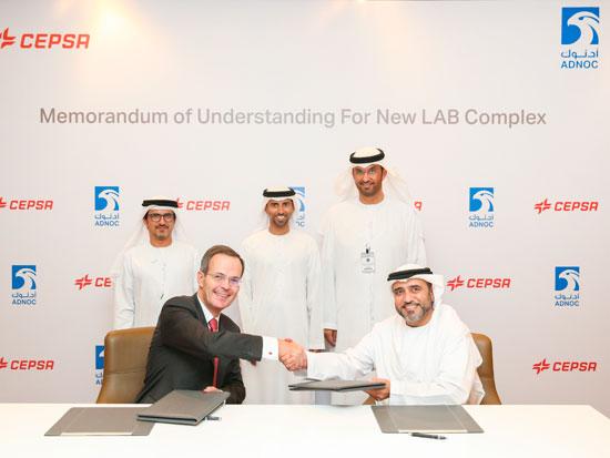 Sentados: Pedro Miró, consejero delegado de Cepsa y Abdulaziz Abdulla Alhajri (Director de Downstream de ADNOC), y detrás de izquierda a derecha: Musabbeh Al Kaabi (Consejero Delegado de la Plataforma de Petróleo y Petroquímica de Mubadala), Suhail Al Mazrouei (Presidente de Cepsa) y Sultan Ahmed Al Jaber (CEO de ADNOC).