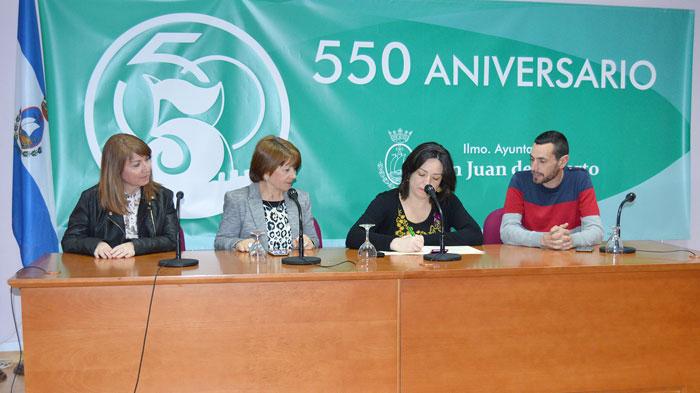 Los concejales Aurora Vélez y Miguel Beltrán y por FEAFES Huelva su presidenta María Domínguez y la psicóloga Charo González asistieron a la firma.