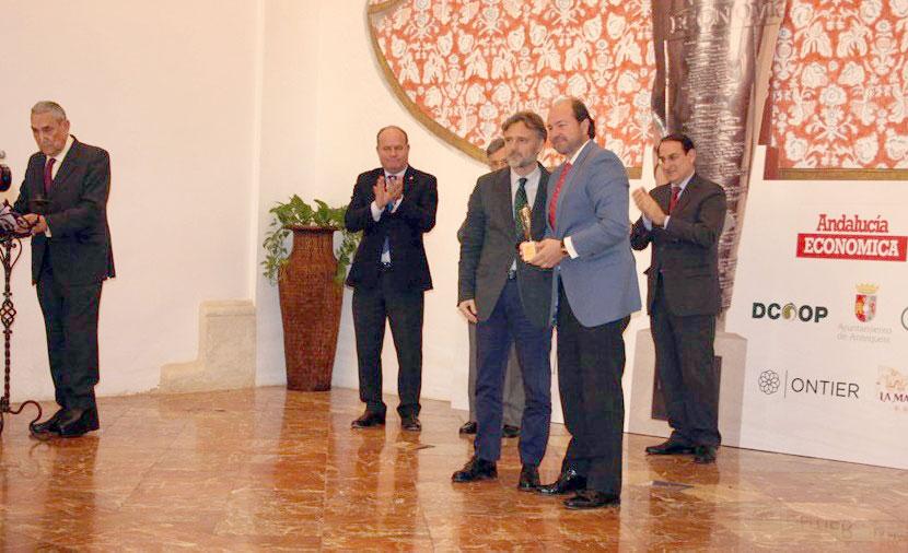 El consejero de Medio Ambiente entregó a Guillermo García Palacios Álvarez el premio concedido a la DOP Jabugo.