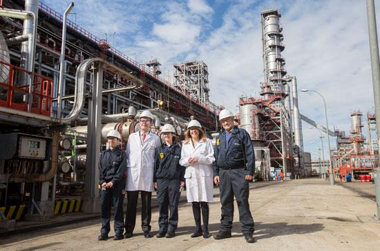 Pedro Miró y Susana Díaz en el recorrido a la zona de producción de la Refinería La Rábida de Cepsa.