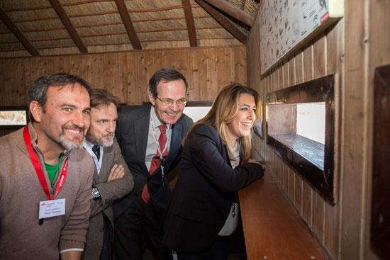 Susana Díaz, Pedro Miró y José Fiscal visitaron el observatorio de aves de la Laguna Primera de Palos.